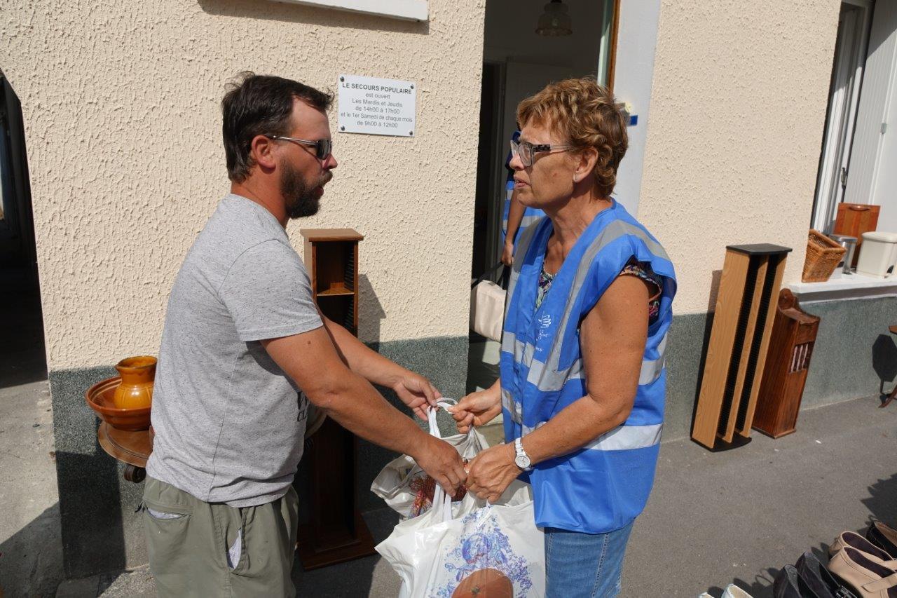 De généreux donateurs ont apporté des articles de toutes sortes au cours de la journée.