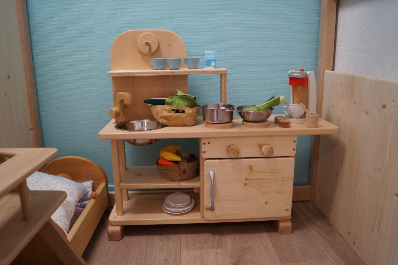 Mobilier bois et couleurs pastel donnent le ton de la micro-crèche...