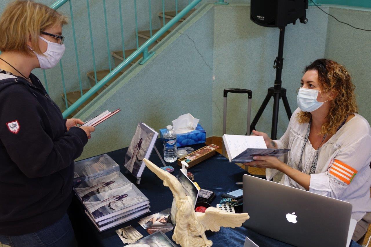 À droite : Carotte en chef du Salon du livre de Dormans, Virginie Goevelinger est également auteure.