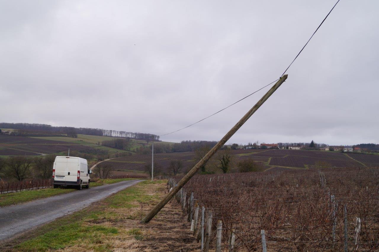 Le 12 janvier 2017, après le passage de la tempête Egon, le service universel des télécommunications penche du côté où il va tomber.