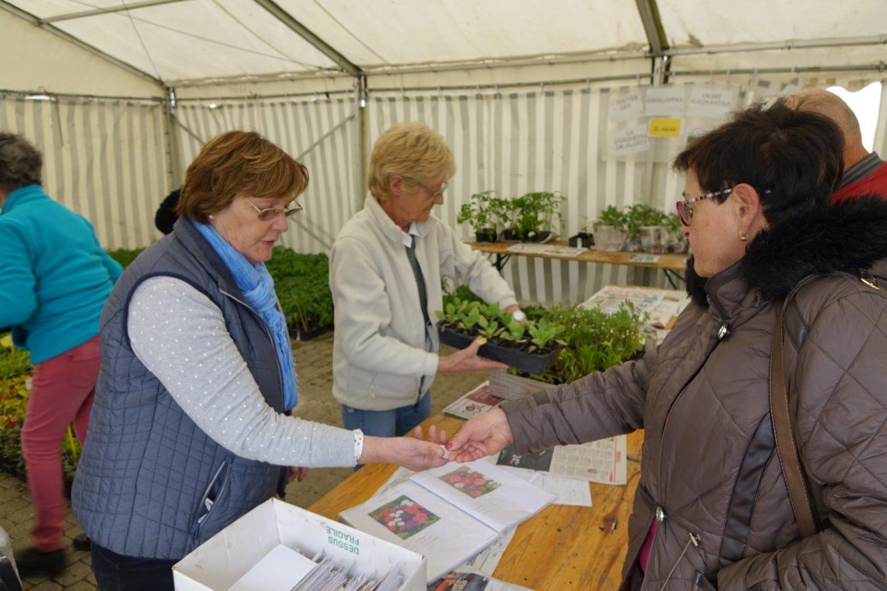 La vente d'enveloppes permet à l'association du fleurissement de mettre du beurrre dans les épinards.