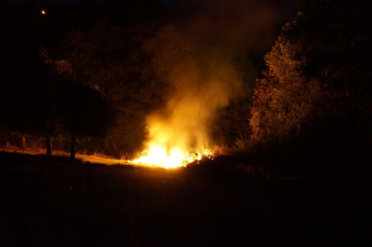 Le feu est situé à quelques centaines de mètres des premières habitations du village.