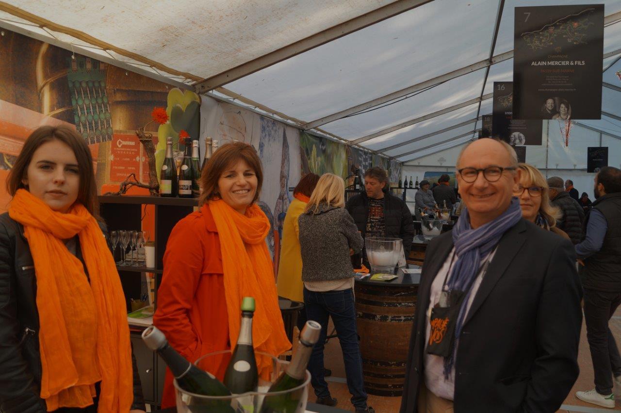 Etienne Haÿ, président de la Communauté d'Agglomération de la Région de Château-Thierry, s'arrête sur le stand du champagne Picart-Ferrand de la commune nouvelle Vallées-en-Champagne.