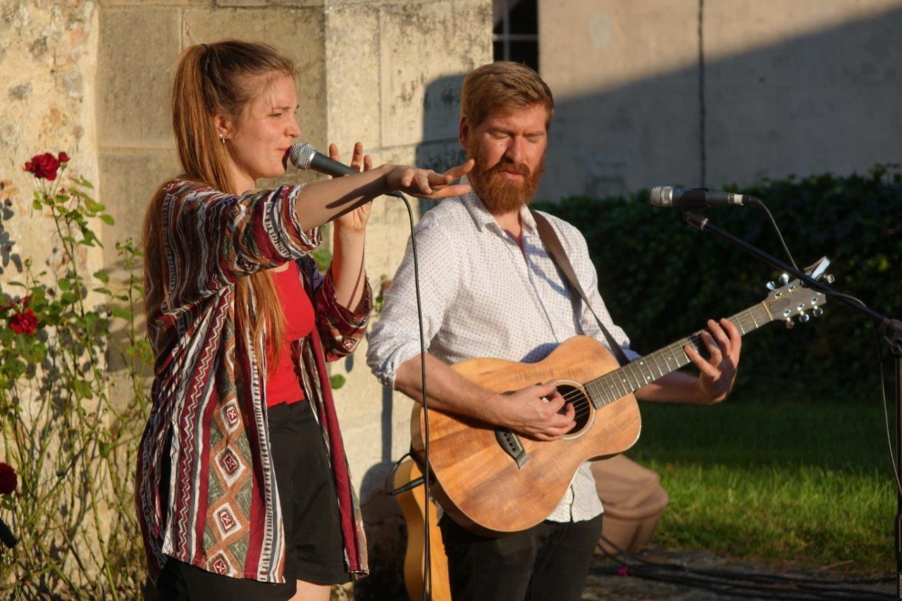 Lucie Joy était accompagnée par Viktor avec un k à la guitare...
