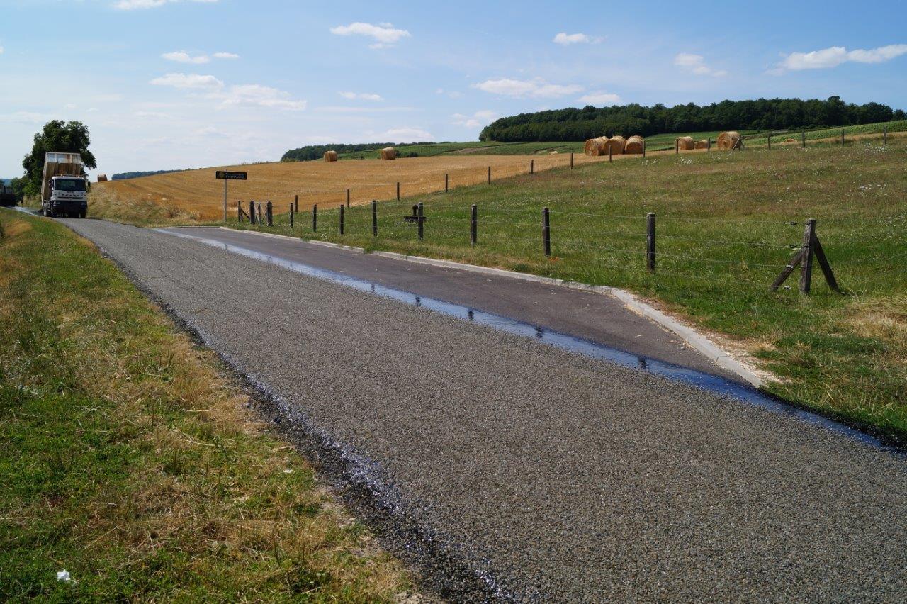 A droite, une aire de stationnement créée en 2017 pour faciliter le croisemment des véhicules sur la RD203.