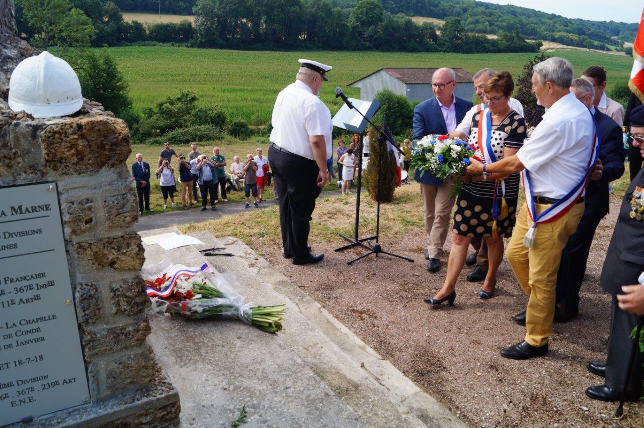 Jacqueline Picart dépose une gerbe de fleurs accompagnée, de gauche à droite, d'Étienne Haÿ, Bruno Lahouati, Pierre Troublé, et au second rang, de Dominique Moyse et Anne Maricot..