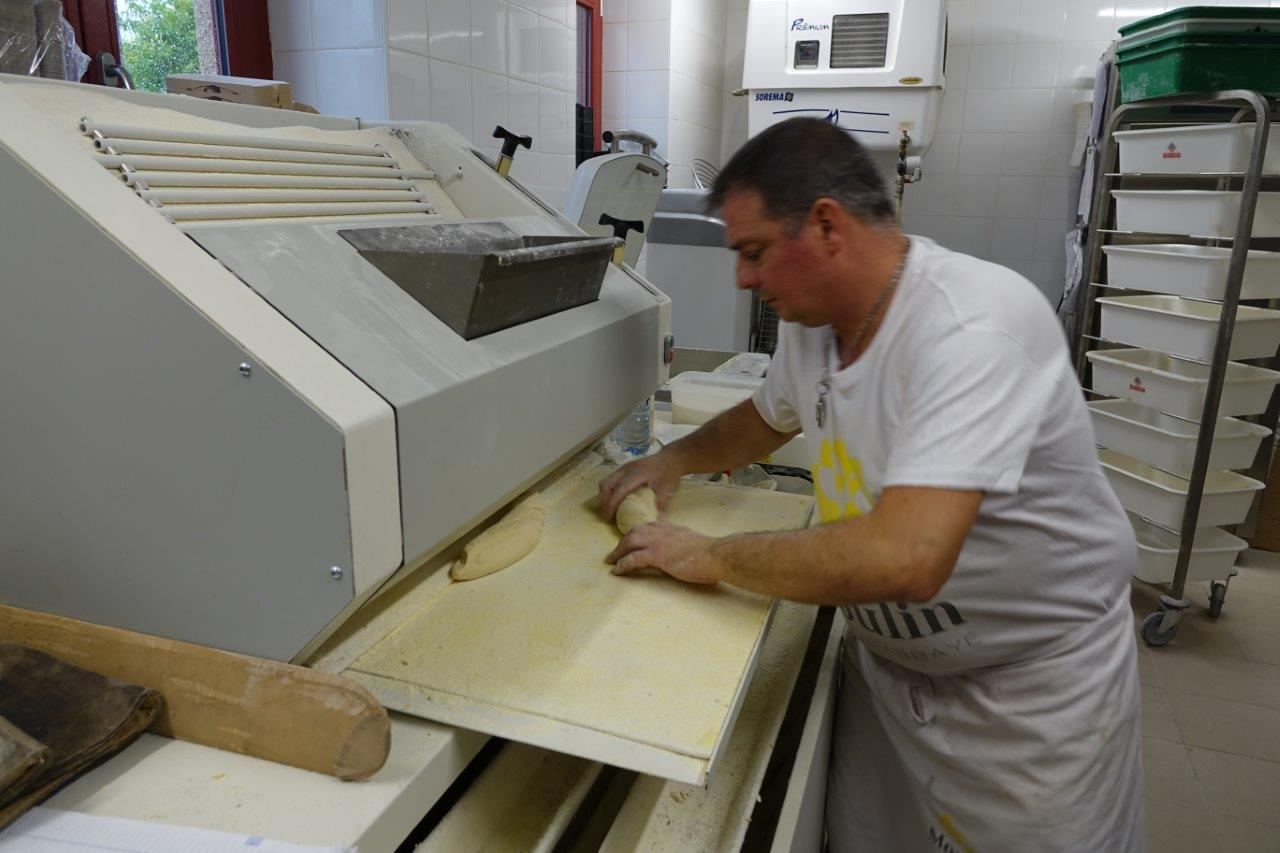 Découpés de manière nette par une diviseuse, les pâtons sont ensuite déposés dans une balancelle puis allonger par une façonneuse.