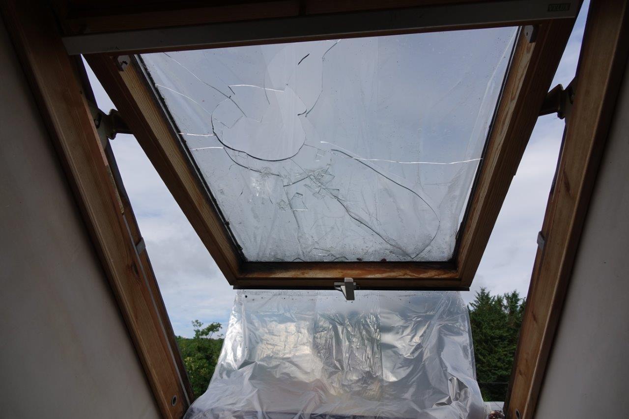 Un grêlon a brisé la vitre d'une fenêtre de toit.