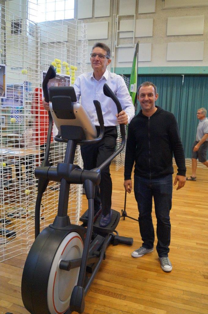 Coaché par Manuel Cordeiro, Michel Courteaux enfourche un vélo elliptique qui sollicitera 80% des muscles et fera travailler le coeur.