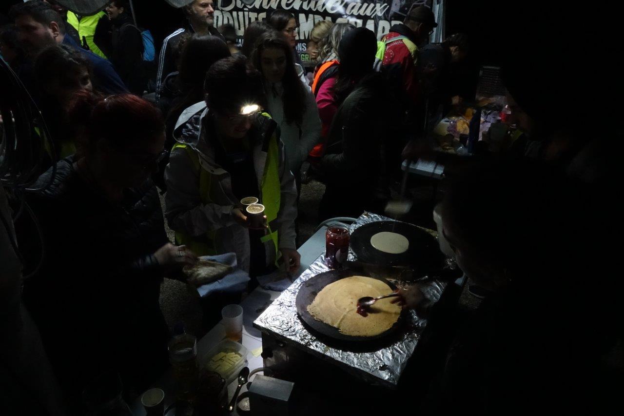 Sucreries et boissons chaudes étaient servies aux particpants, dès leur retour sur la place de l'Église.