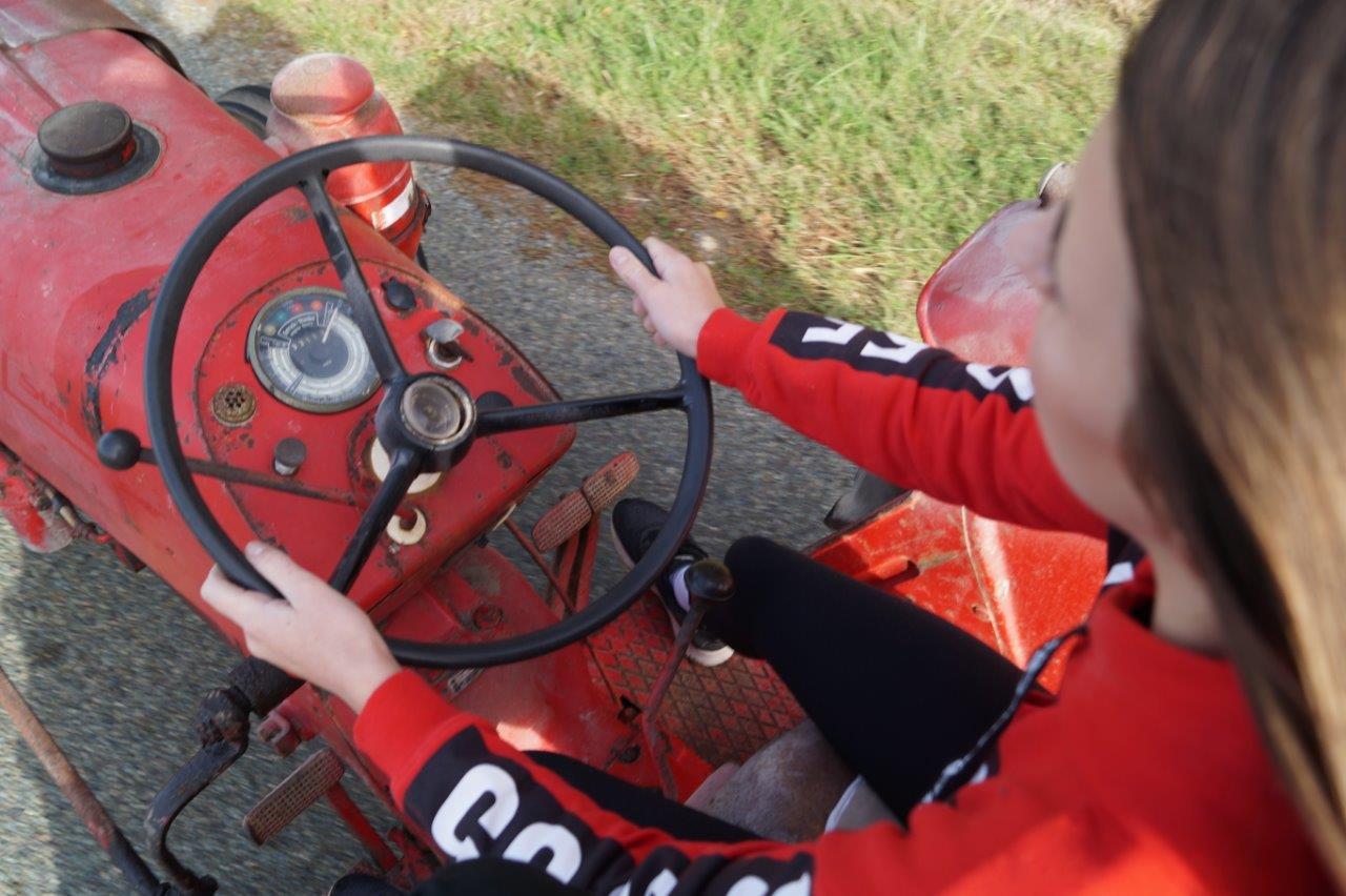 Émilie, une ado de La Chapelle-Monthodon, parcourt les petites routes et chemins valcampaniens au volant d'un tracteur de la marque Porsche. Non mais allo quoi !