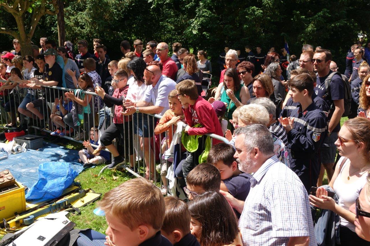Un public nombreux et attentif suit le déroulement de la démonstration.