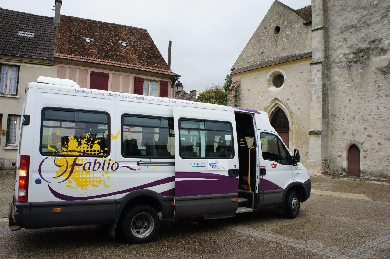 Après 30 minutes de trajet, le bus Fablio dépose les voyageurs à l'arrêt Place de l'église à Condé-en-Brie.
