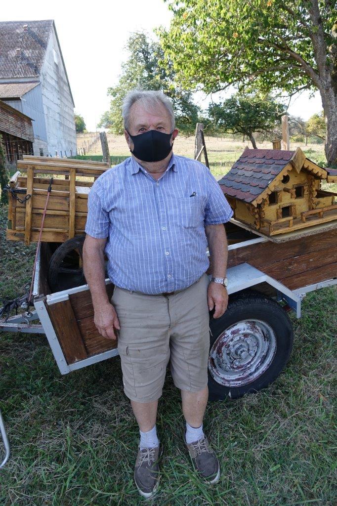 Ancien artisan maçon, le sud axonais Jacques Lhomme a une passion : la création de cabanes à oiseaux et carrioles de toutes sortes en bois de récupération...