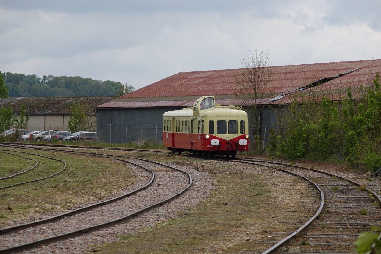 Les invités effectuent de courts trajets dans les débords de la gare.