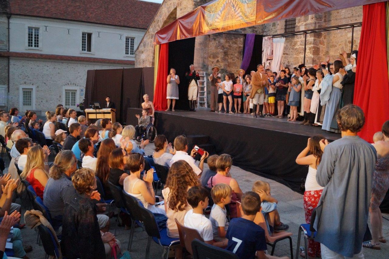 L'épisode 2 a rassemblé près de cinquante comédiens sur scène.