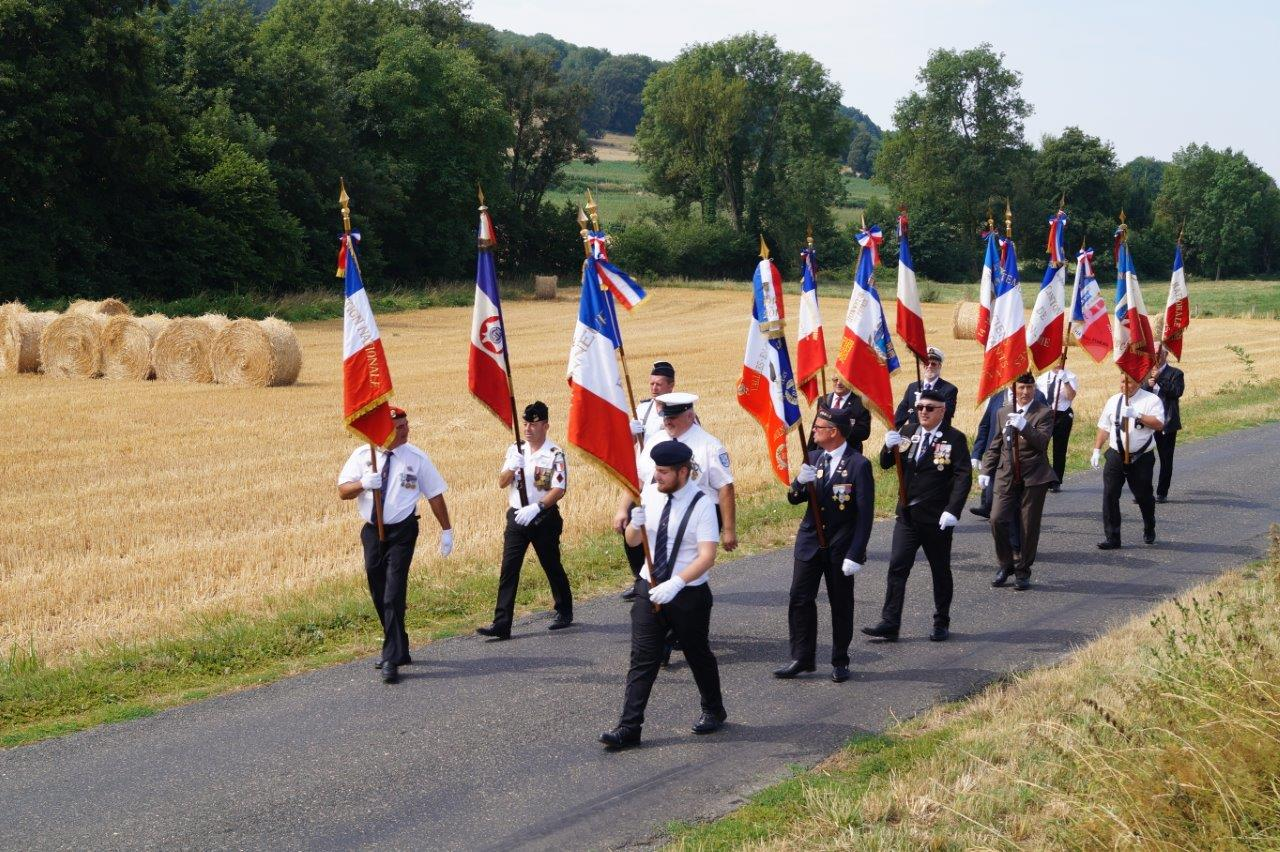 D'un pas cadencé, porte-drapeaux, officiels, et une poignée d'habitants ont rejoint le bourg de La Chapelle-Monthodon distant de 1 100 mètres...