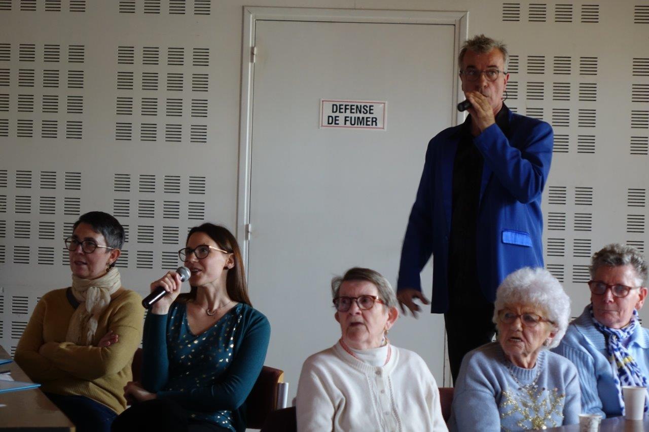 A gauche : Gaëlle Legrand a bien voulu pousser la chansonnette.