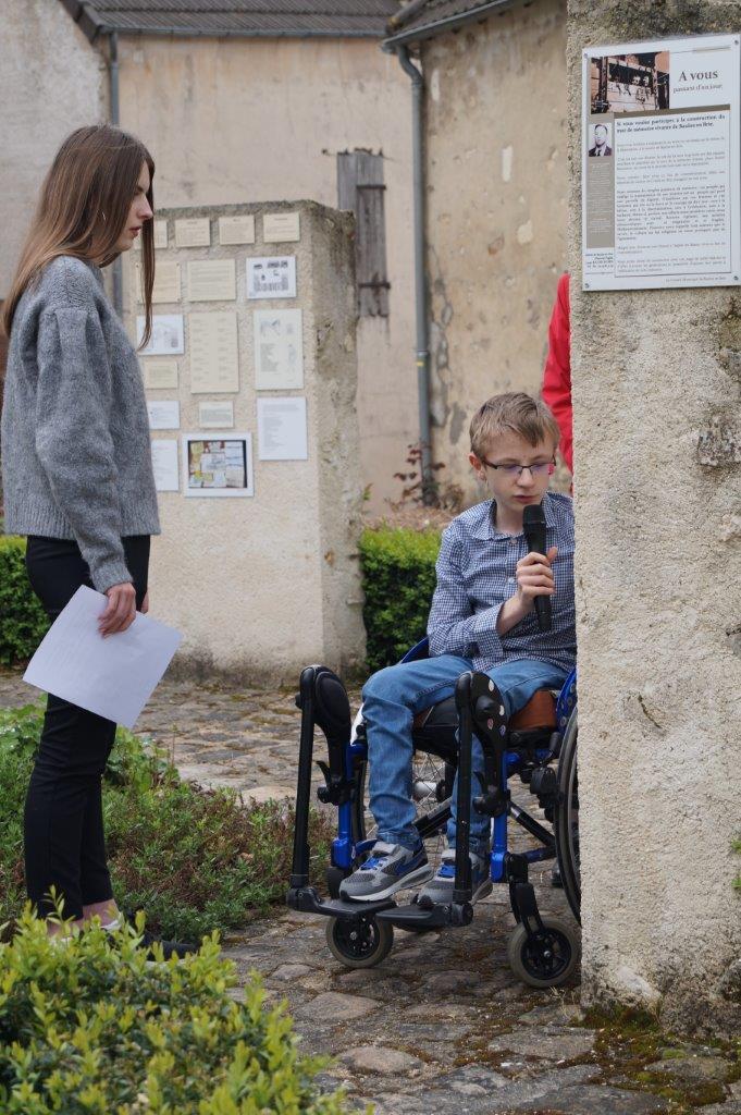 Deux adolescents de la commune nouvelle Vallées-en-Champagne lisent quelques textes écrits par des passeurs de mémoire et apposés sur le Mur de mémoire vivante.