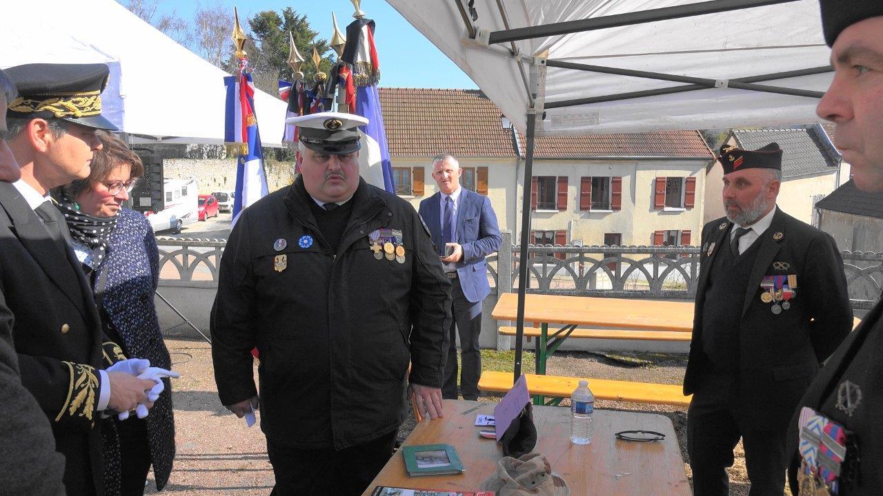 Au centre : Christophe Delannoy présente les diverses associations patriotiques au sous-préfet Ronan Léaustic...