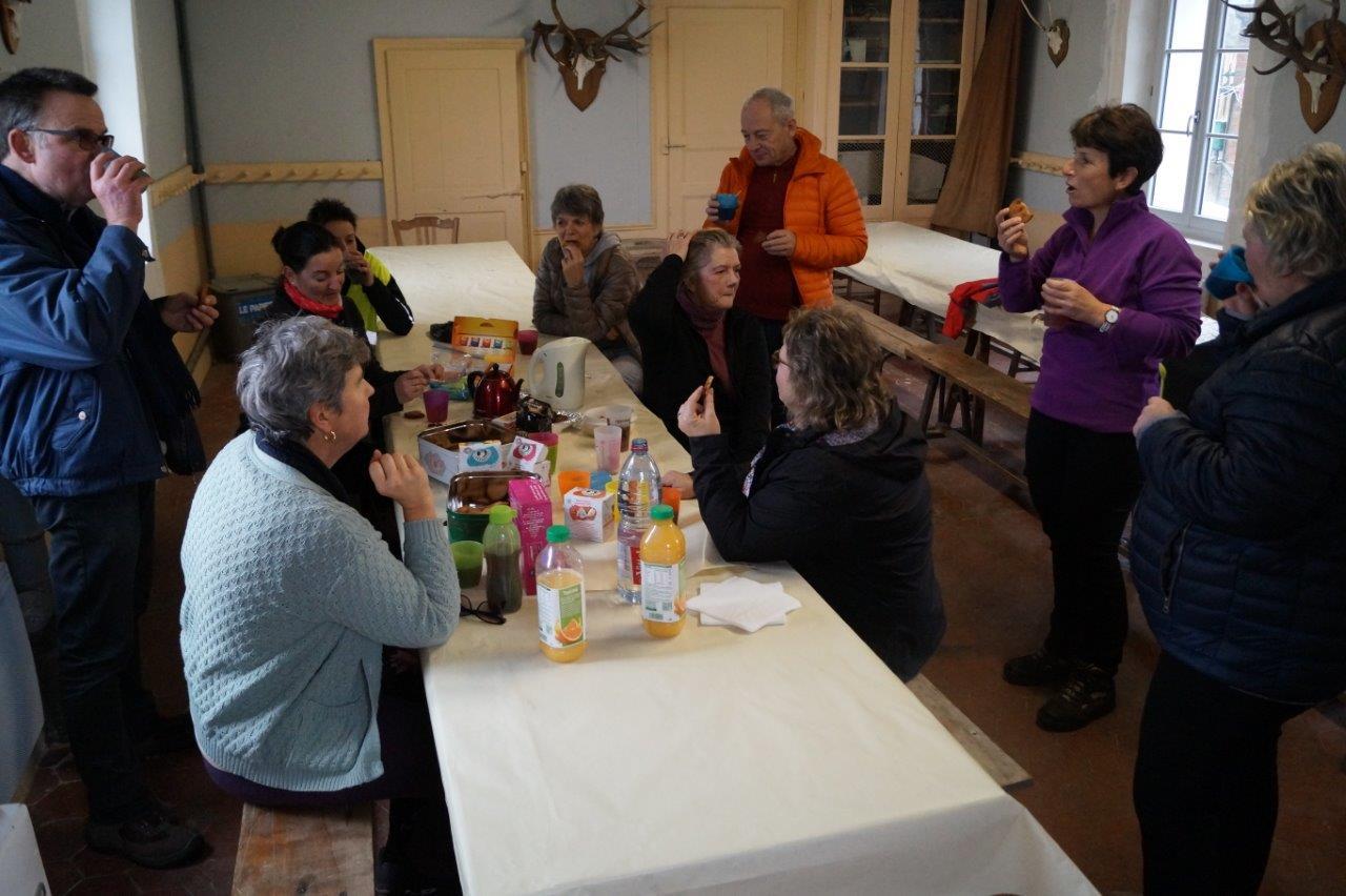 A l'issue de la marche, la petite salle communale de La Chapelle-Monthodon, prêtée gracieusement par la maire déléguée Jacqueline Picart, a accueilli les participants pour le verre de la fraternité.