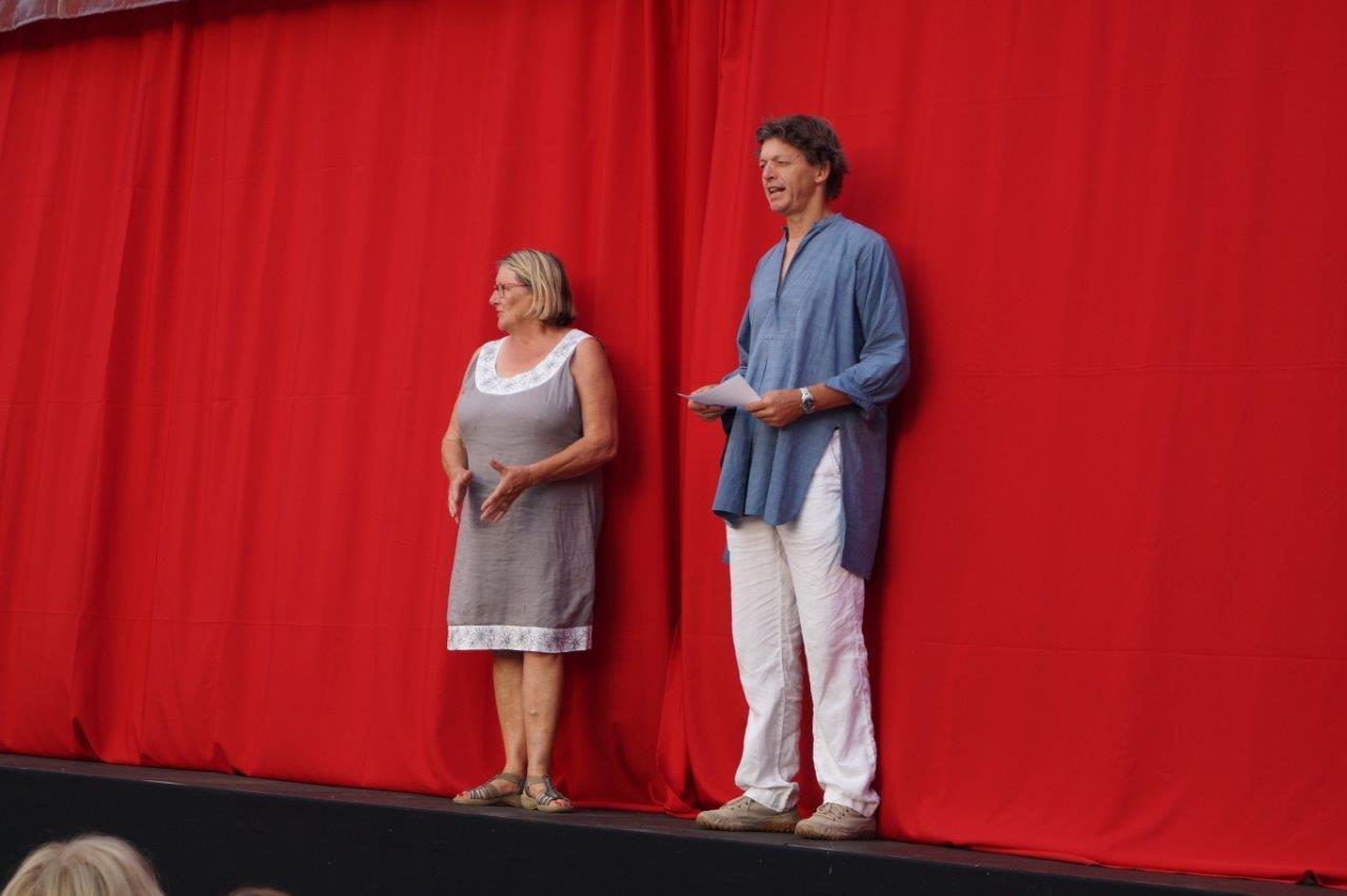 De gauche à droite : Chantal Toubart, présidente de Vallée du Surmelin et Bernard Metzger, élu de la mairie d'Orbais-l'Abbaye, ont accueilli, samedi 30 juin, le public sur la place Jehan d'Orbais.