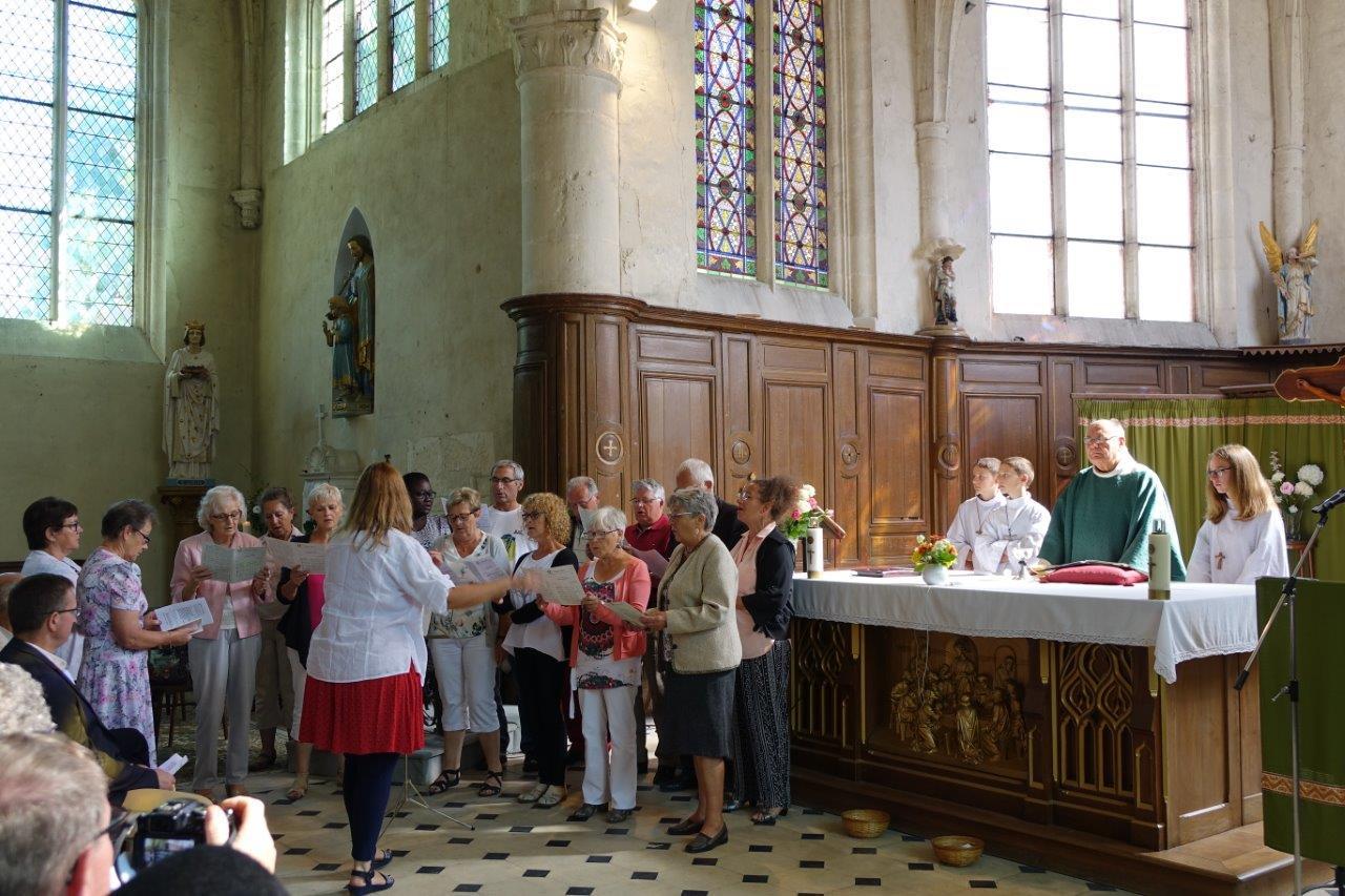 """La chorale """"Sans façon"""" dirigée par Christelle Bray assure la partie chantée lors de la messe."""