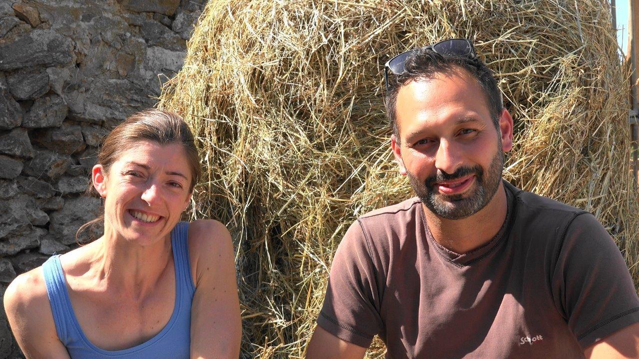 Marina et David accueillent les amateurs de fromages de chèvre.