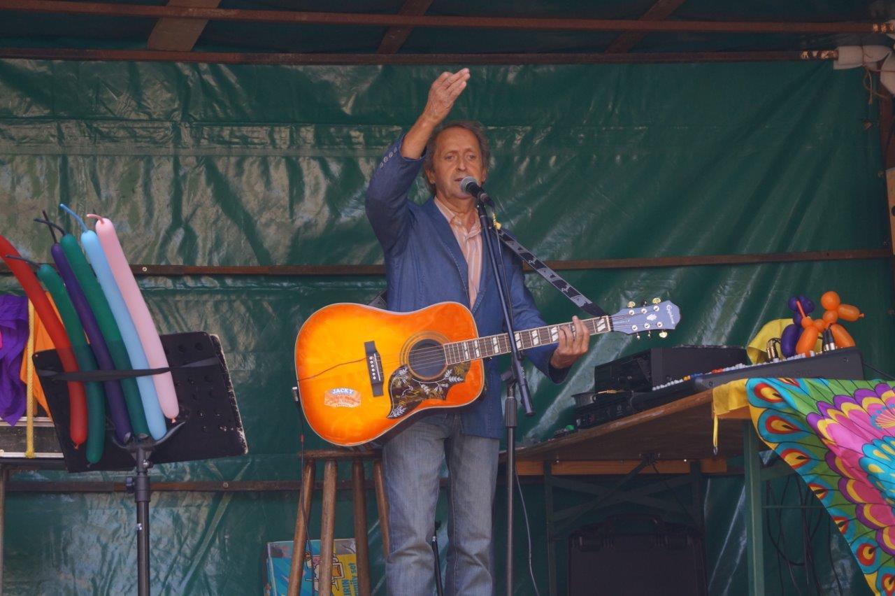 Venu de l'Oise, Jacky présente un spectacle composé de chansons, d'humour et de magie...
