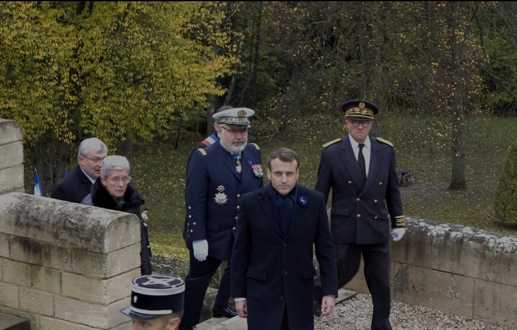 Emmanuel Macron a gravi les 52 marches qui mènent à l'esplanade supérieure du mémorial.