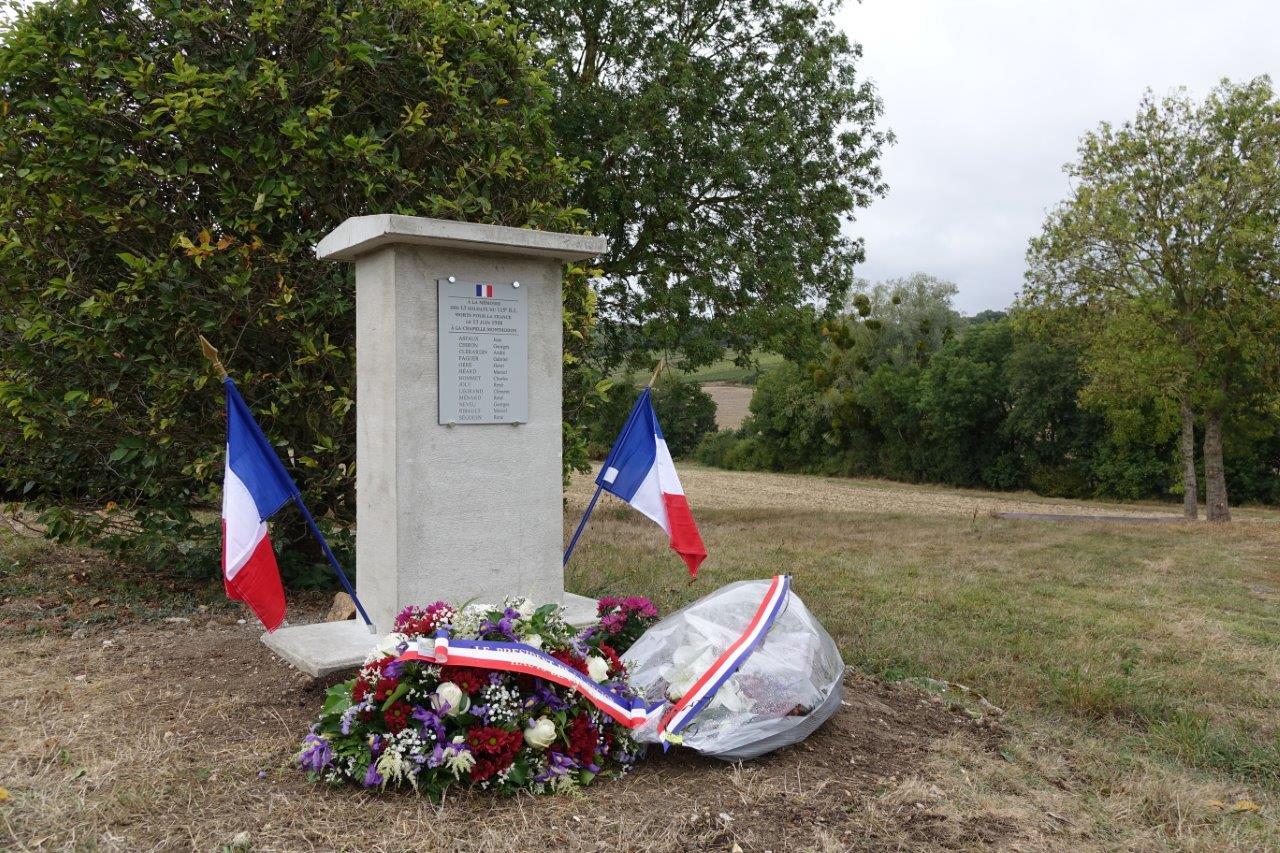 La stèle a été érigée par Fabrice Vignot, employé communal de Vallées-en-Champagne, et Marcel Dartinet, 1er adjoint au maire.