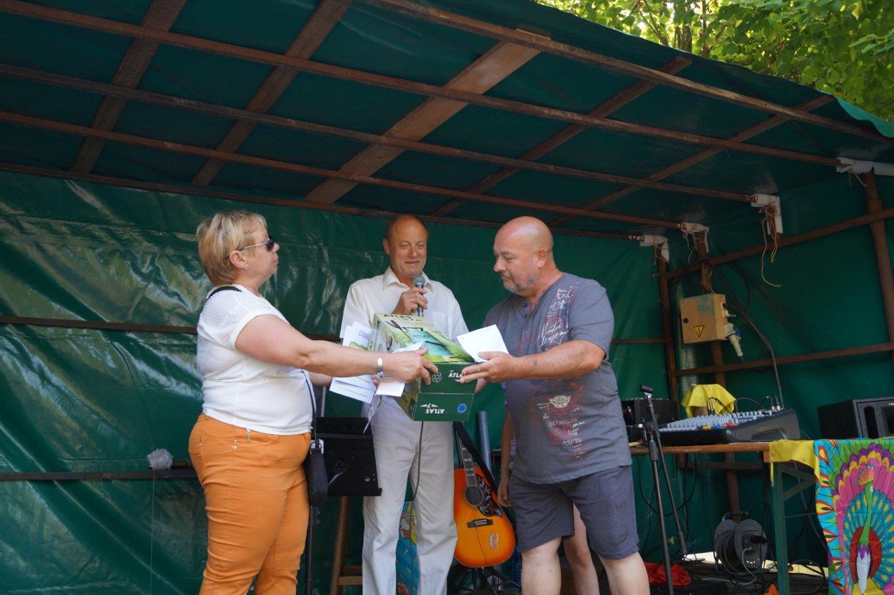 De gauche à droite : Patricia Salot, Bernard Honoré et Denis Weiss, l'heureux gagnant du pulvérisateur de jardin...