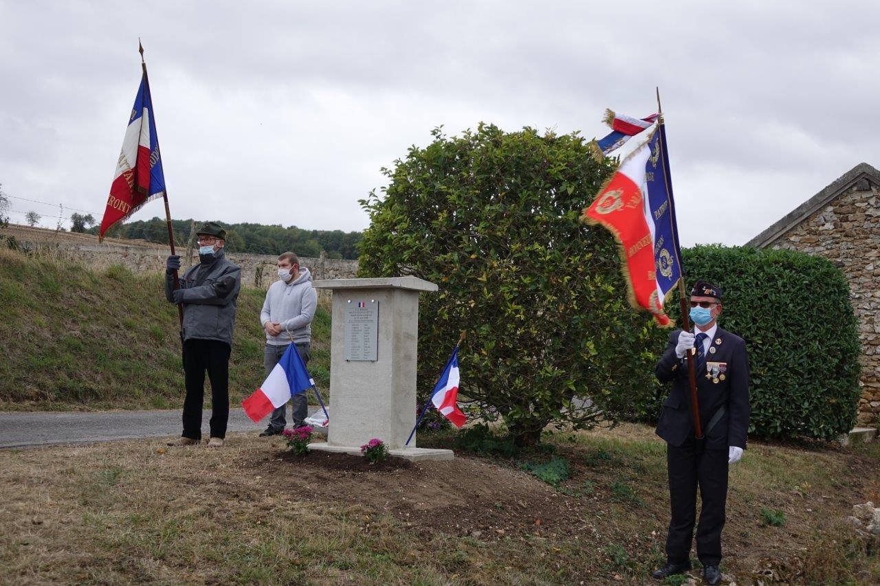 De gauche à droite : les porte-drapeaux Jacques Cernet et Marcel Dartinet. Ce dernier, 1er adjoint au maire de Vallées-en-Champagne, est le porte-drapeau officiel de la commune nouvelle.
