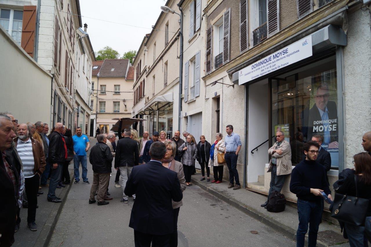 La foule se presse devant le QG de campagne de Dominique Moyse...