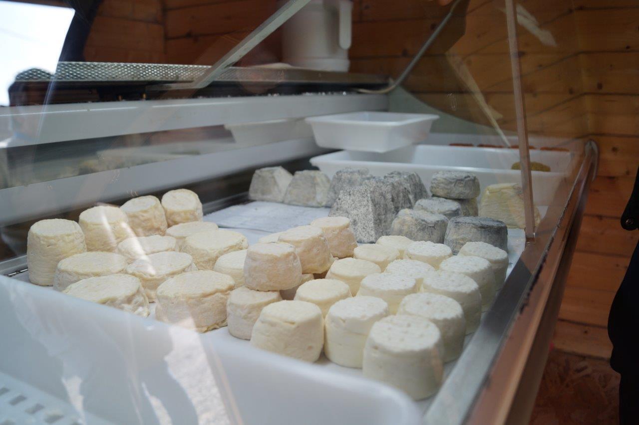 Cendré, parsemé d'échalotte, d'ail ou de fines herbes, à la figue ou aux poivrons : Les fromages fermiers au lait cru de chèvre partent comme des petits pains.