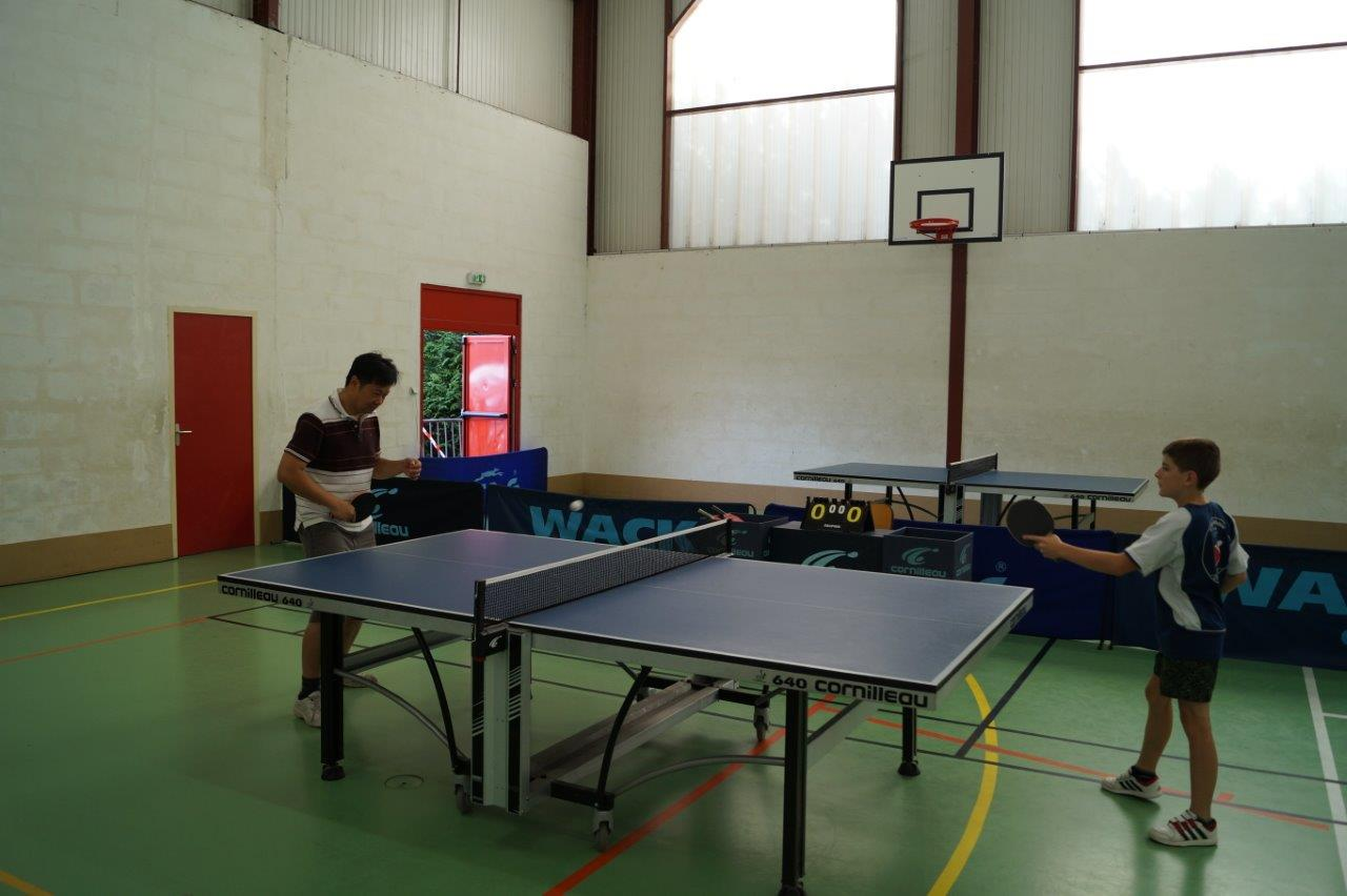 Une démo de tennis de table.