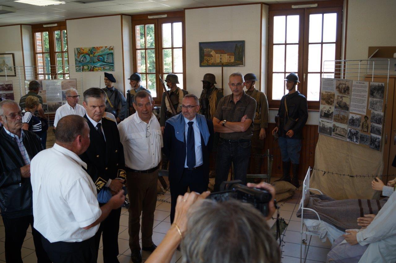 Patrick Monchicourt, à gauche, et Philippe Henry, à droite, deux collectionneurs privés, présentent une magnifique reconstitution historique locale à Ronan Léaustic, Bruno Lahouati et Dominique Moyse...