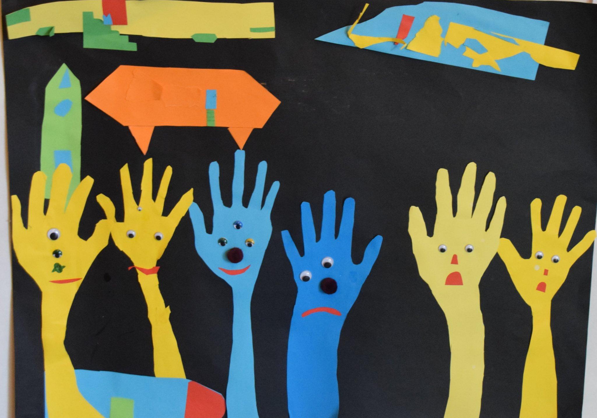 L'exposition accueille les oeuvres des enfants de l'école du village.