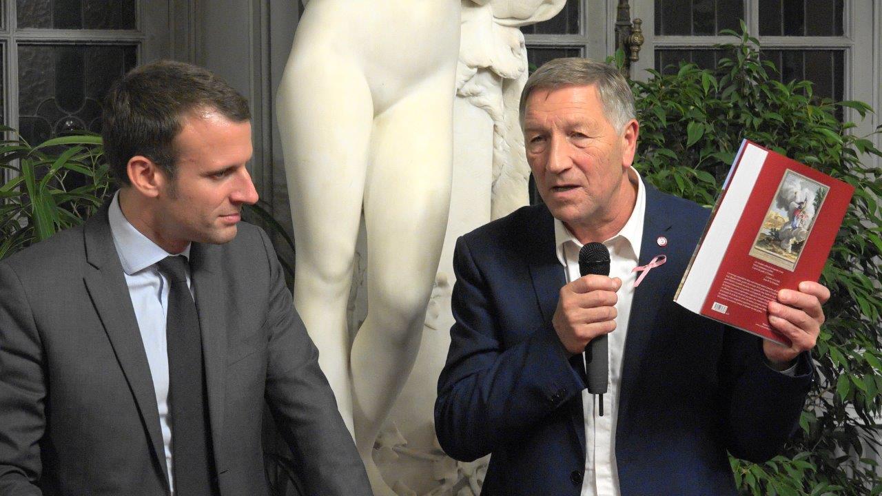Venu saisir les problématiques du Sud de l'Aisne, Emmanuel Macron est reparti, aussi, avec le Livre des Fables de Jean d'LaF...