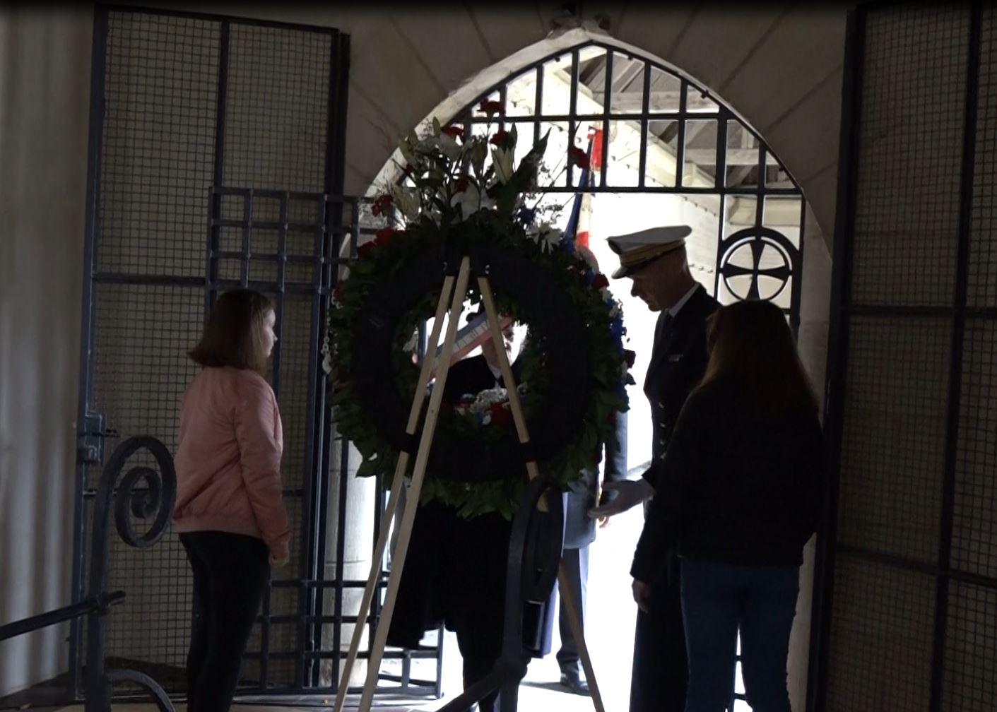 La gerbe de fleurs est déposée à l'entrée de l'ossuaire où l'on trouve 130 cercueils avec les corps de 1500 soldats dont 11 ont été identifiés.