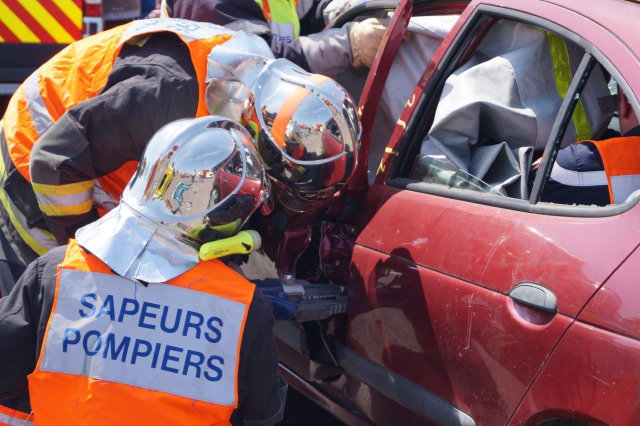 Les sapeurs-pompiers emploient les grands moyens pour ouvrir la portière du véhicule.