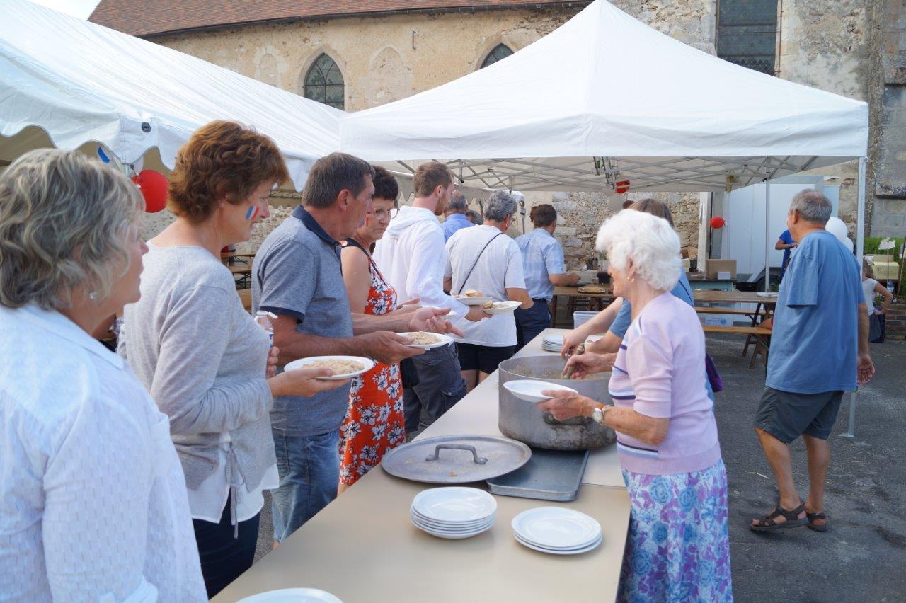"""Le """"Fayot du Poilu"""" est servi aux participants en début de soirée..."""