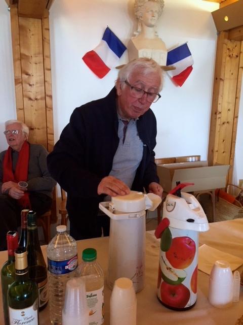 De retour à Condé-en-Brie, le groupe de marcheurs a rechargé les batteries dans la salle des Mariages.