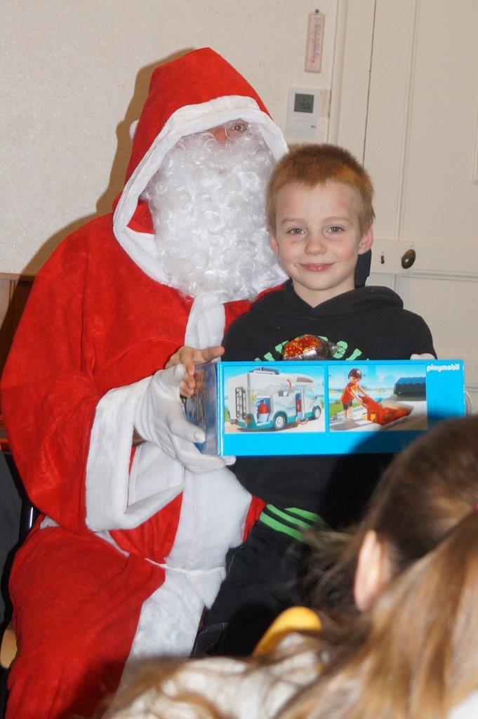 Le Père Noël a remis un cadeau ou un bon d'achat à chaque enfant.