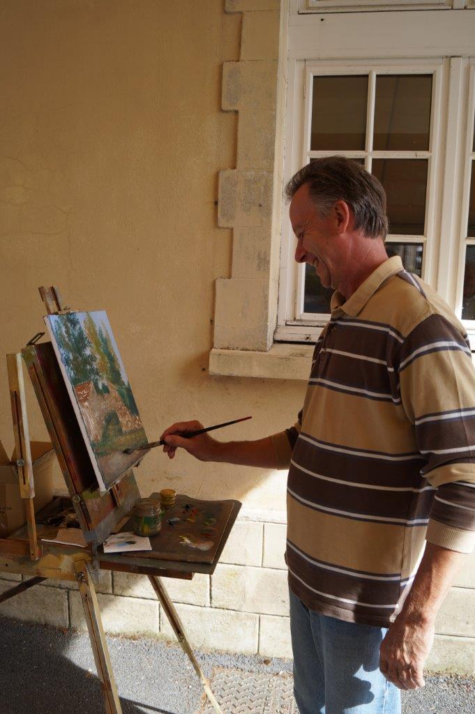 Une fois par mois, l'artiste peintre sud axonais Thierry Jacquiot délivre ses précieux conseils aux peintres amateurs de l'Amicale dans la salle communale du village.