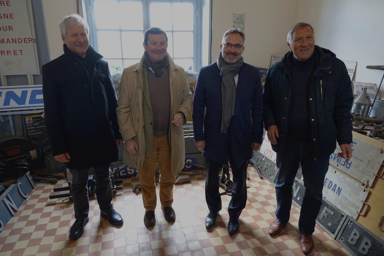 De gauche à droite : Eric Assier, Olivier Devron, Dominique Moyse et Jacques Krabal visitent la salle d'attente 2ème et 3ème classe transformée en musée ferroviaire...