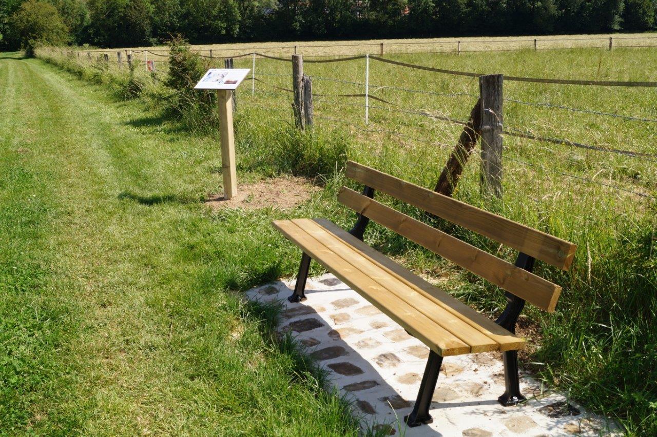 Un mobilier en bois implanté au bord du chemin de randonnée pédestre permet de se recueillir...