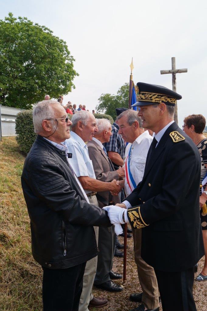 A l'issue de la cérémonie, Ronan Léaustic salue les quatorze porte-drapeaux et anciens combattants.