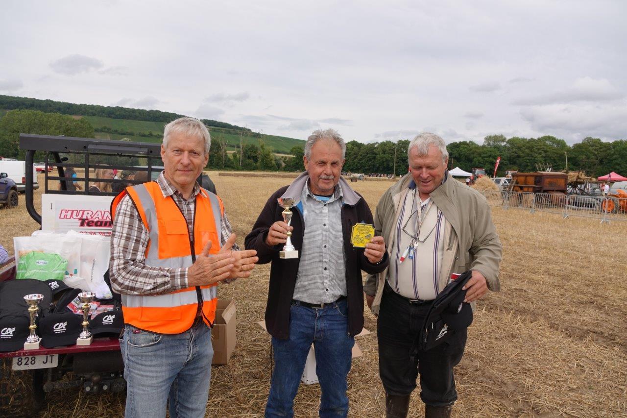 De gauche à droite, Eric Assier, Georges Verdoolaeghe, maire de Montigny-lès-Condé et gagnant du concours de labour à l'ancienne, Luc Dussaussoy, de l'association Fête de la Moisson du Sud de l'Aisne.