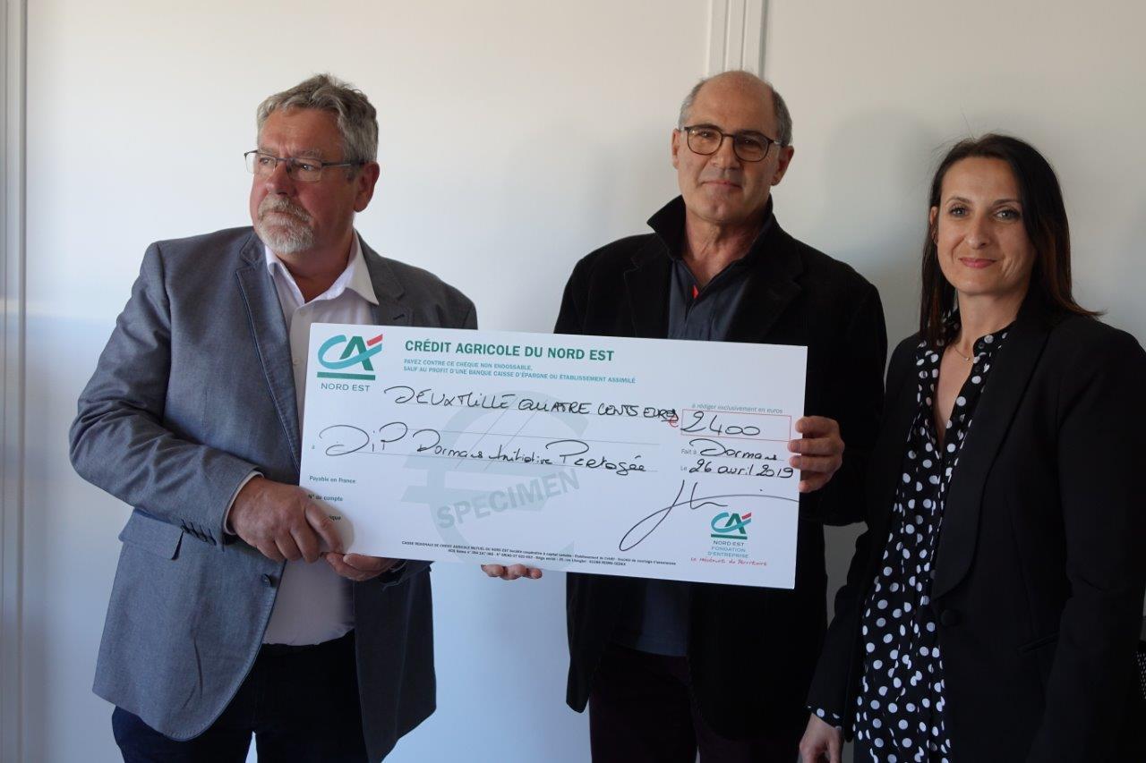 Au centre : Thierry Sibillotte remet un chèque de 2 400 euros au président Philippe Dumont.